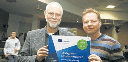Kristof Dittrich (l.) und Thorsten Nehls mit der Plakette